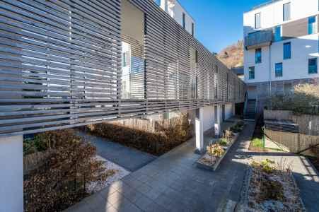 Bei dieser Wohnanlage wurde darauf geachtet, dass Elemente der Architektur Aufgaben des Schallschutzes übernehmen.