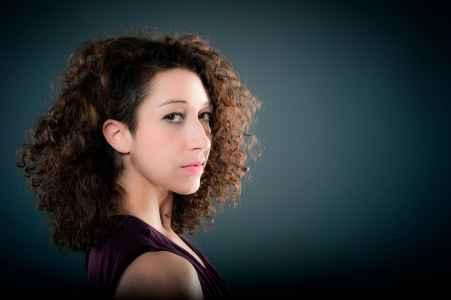 die Taenzerin Jasmin Rituper im Portraet im Fotostudio