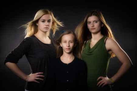 Das Akrobatik Trio im coolen Portraet im Fotostudio