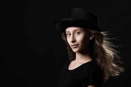 die Geigerin Stella im Portraet ohne Instrument