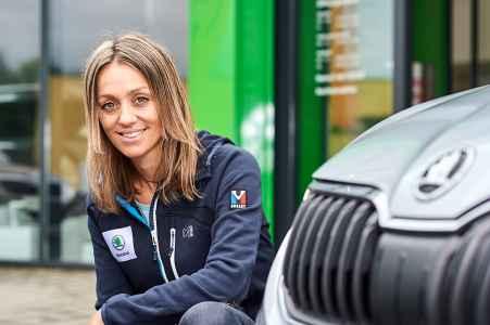 Die Freeride Fahrerin Eva Walkner und ihr neuer Skoda Octavia Scout von Porsche Hallein
