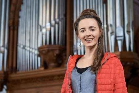 Portraet der Orgel Spielerin Yvonne Dornhofer in einer Kirche in Salzburg