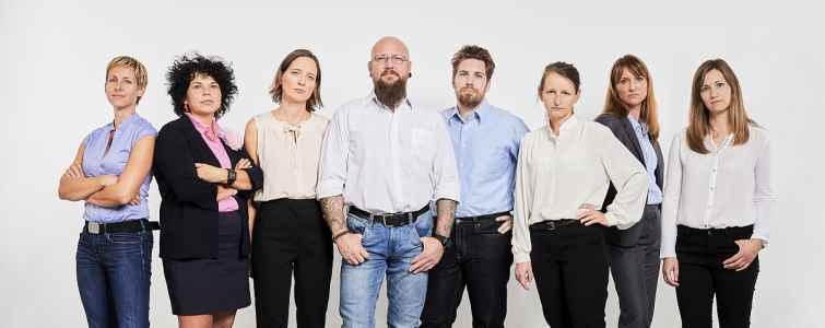 Das Team der Produktionsschule Step 4 aus Salzburg im persiflierten Portraet